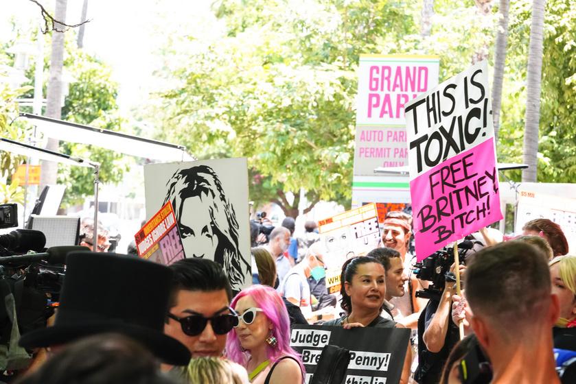 Britney Spears rajongói a Los Angeles-i bíróság előtt transzparensekkel tüntetnek.