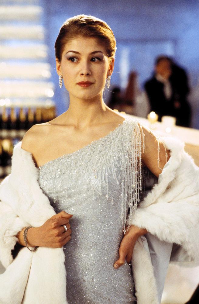 Mielőtt Gone Girl lett volna, Rosamund Pike Bond-lányként domborított