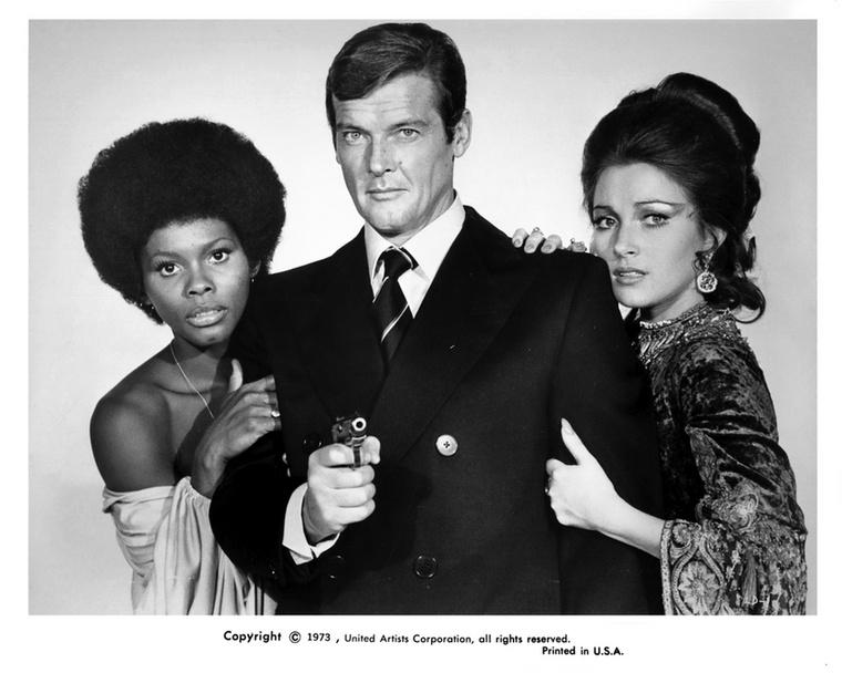 Gloria Hendry (a képen Roger Moore bal oldalán látható - a szerk.) 1973-ban Rosie Carver CIA ügynökként dobogtatta meg a férfiszíveket az Élni és halni hagyni című moziban.