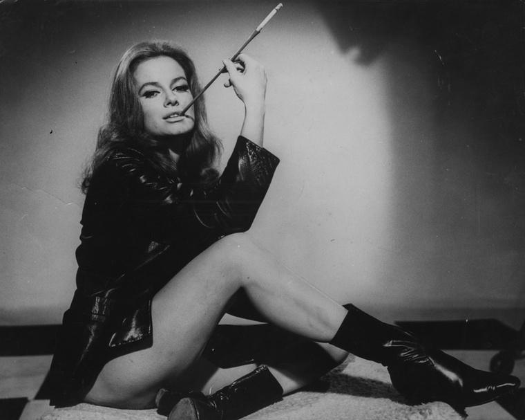 Az olasz Luciana Paluzzi a Bond-filmek állandó bűnszervezetének, a SPECTRE-nek egyik polipgyűrűs tábornokát játszotta az 1965-ös Tűzgolyóban Sir Sean Connery mellett.