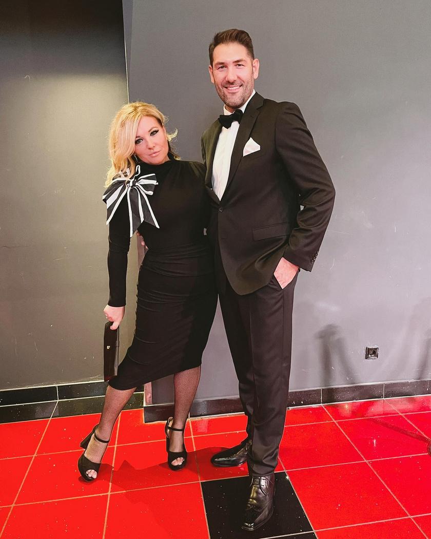 Liptai Claudia és férje, Pataki Ádám voltak a premier legelegánsabb párja: az előbbi fekete, testhezálló ruhába, az utóbbi szmokingba bújt.