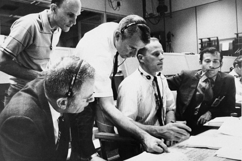 Az Apollo-13-at ért baleset kétségbe ejtette a NASA embereit.