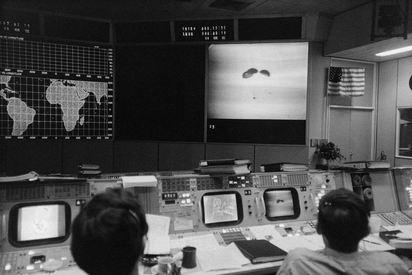 A NASA emberei a sikeres visszatérést figyelik a képernyőn.