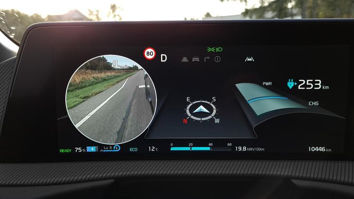 Az indexelés felkapcsolja az adott oldal kameráját a tükör alján, talán így kevésbé padkázza meg az ember a széles autó felnijeit