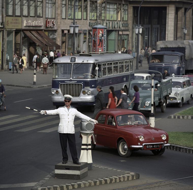 Rendőr irányítja a forgalmat az egykori Tanács körút (ma: Károly körút), valamint a Deák tér és Engels tér (ma: Erzsébet tér) csomópontjában