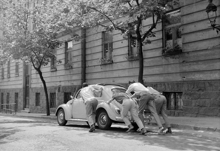 Fiatalok próbálják betolni a svéd diáklányok elromlott Volkswagen Bogarát