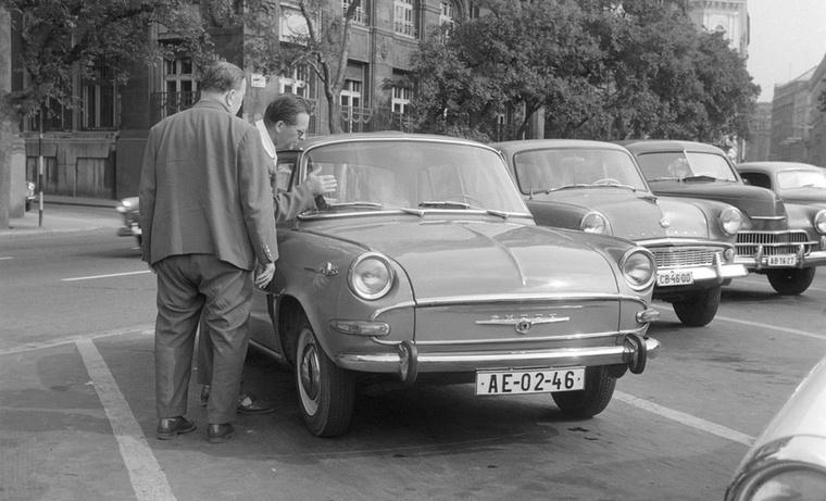 Szintén egy 1000 MB, de korábbi a kép: 1964 őszén készült, a járókelők pedig érdeklődve figyelték a tavaszi Budapesti Nemzetközi Vásáron még nem szereplő autót