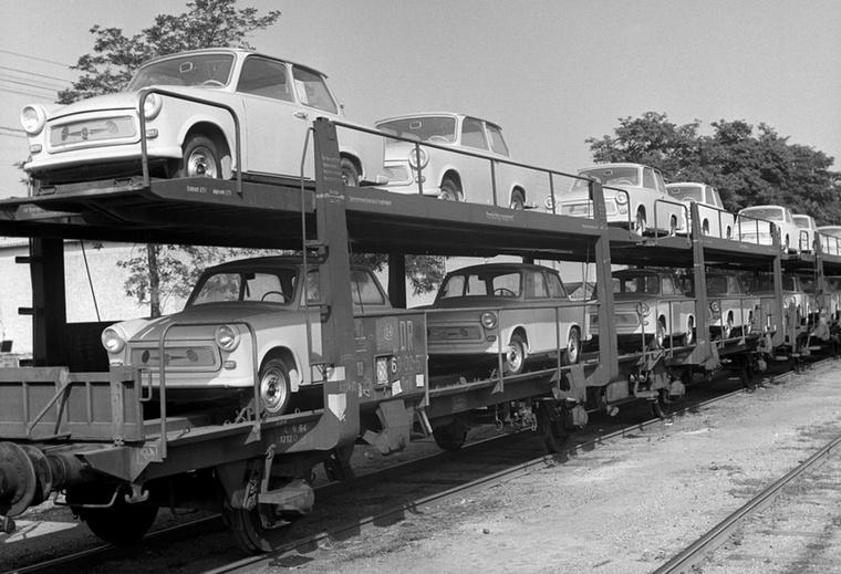 Vasúton érkeznek az országba a Trabantok, méghozzá kétszintes vagonokon