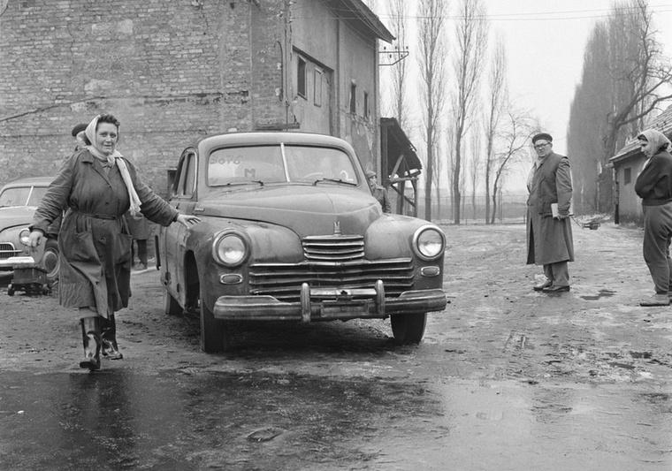 Egy Warszawa M20-ast vett át éppen új tulajdonosa a XIII
