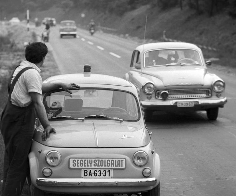 Ahol a szükség, ott a segítség: a Magyar Autóklub Segélyszolgálatának munkatársai figyeli a főút forgalmát a Balaton északi partján