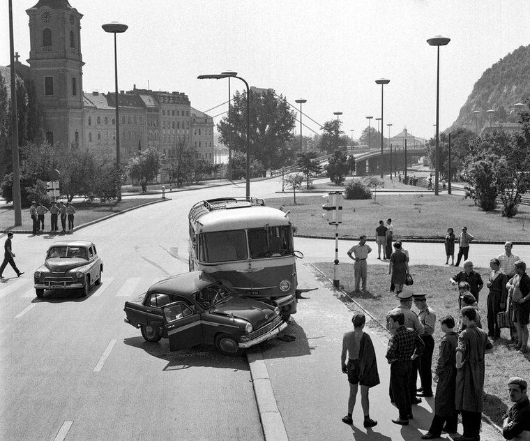 Ikarus 55 autóbusz ütközött személyautóval, a Moszkvicsot vezető orvost és három utasát súlyos, életveszélyes sérülésekkel szállították kórházba