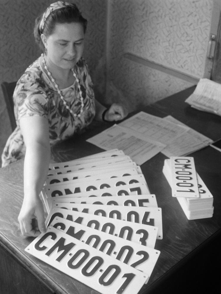 Itt éppen a Közlekedés- és Postaügyi Minisztérium (KPM) Autófelügyelet Gépjármű Vizsgabizottságának Népligeti irodájában készítik elő az új, CM-es rendszámokat 1965-ben