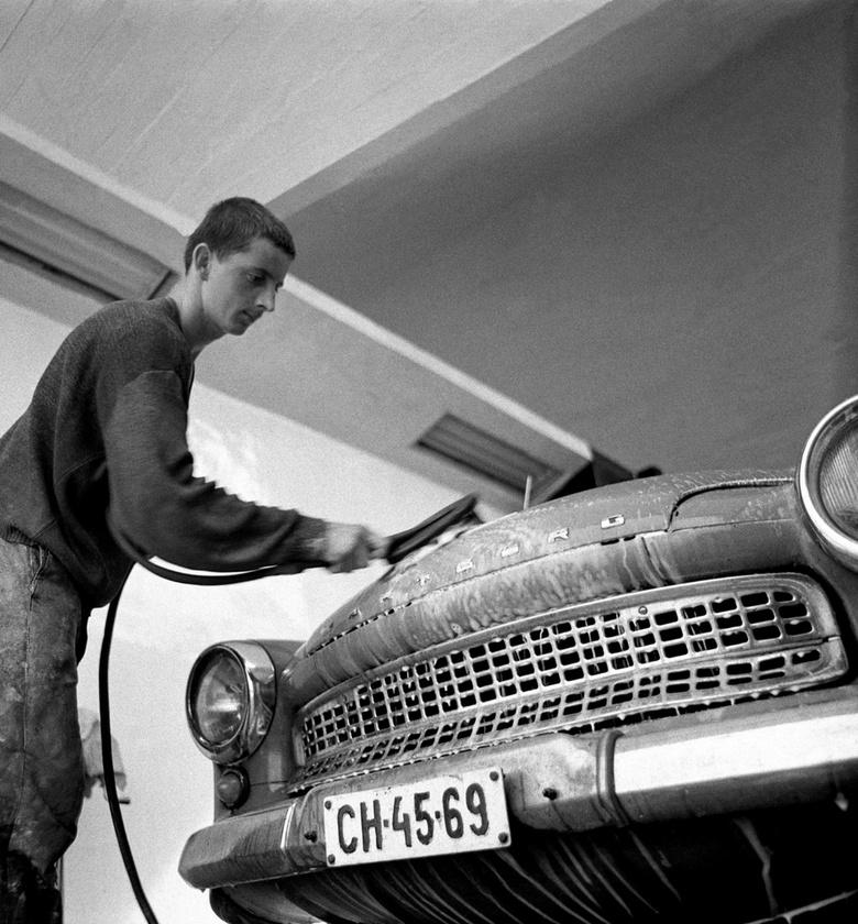 Egy új autószerelő műhely dolgozója mossa a Wartburg 311-est
