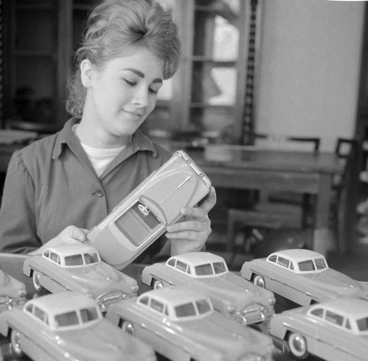 A Lemezárugyárban rengetegféle játék készült, naponta sok ezer példány, ezek például lendkerekes autók