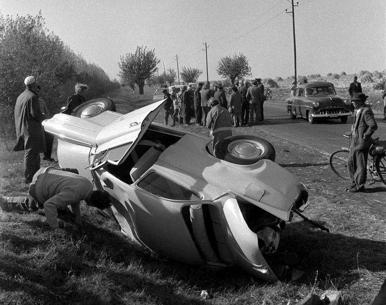 Nemrég vették ezt az autót, csak pihenni szálltak ki Gyöngyös közelében, ez volt a szerencséjük: egy másik kocsi egy hirtelen felbukkanó gyalogost kikerülve belerohant