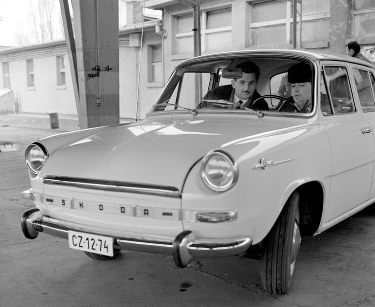 A Merkur szakembere a Skoda 1000 MB kezelését magyarázza el az újdonsült tulajdonosnak 1969-ben
