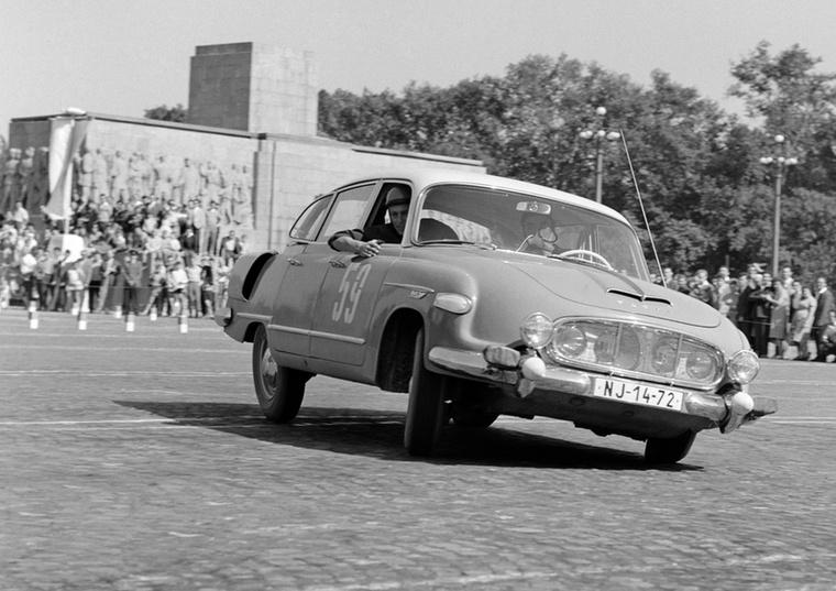 Meglehetősen kifacsart pózban a Tatra a III