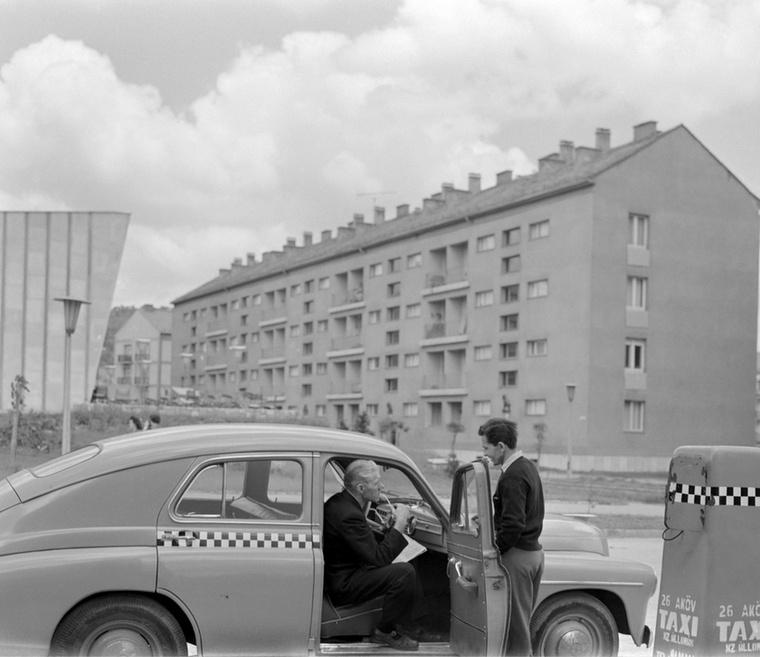 Nem volt ám mindenkinek saját autója: éppen utasra vár egy pécsi taxis