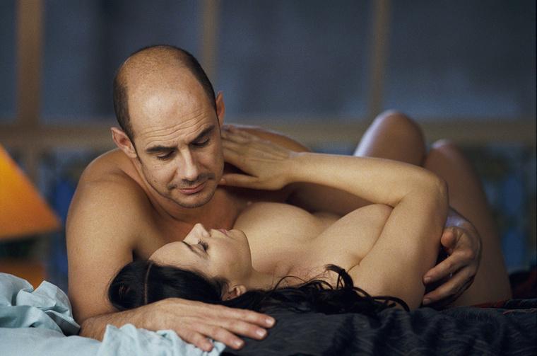 A 2005-ös Eladó a szerelem című olasz-francia vígjátékban a színésznő minden ruhájától megszabadult