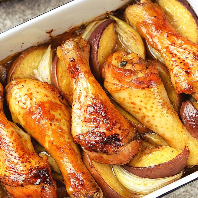 Omlós, szaftos csirkecomb almával és hagymával sütve: együtt készül a körettel