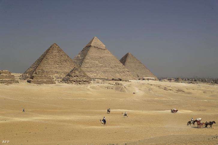 Gízai piramisok Kairóban 2018. október 2-án