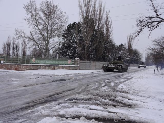 A tatai MH 25. Klapka György Lövészdandár harckocsi-zászlóaljának VT-72 típusú harckocsi vontatója néhány órával ezelőtt indult el, hogy kimentsen a hó fogságából egy súlyosan beteg kisfiút.