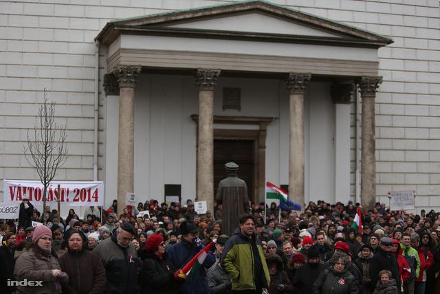 Pár ezren fagyoskodtak a Milla tüntetésén március 17-én.