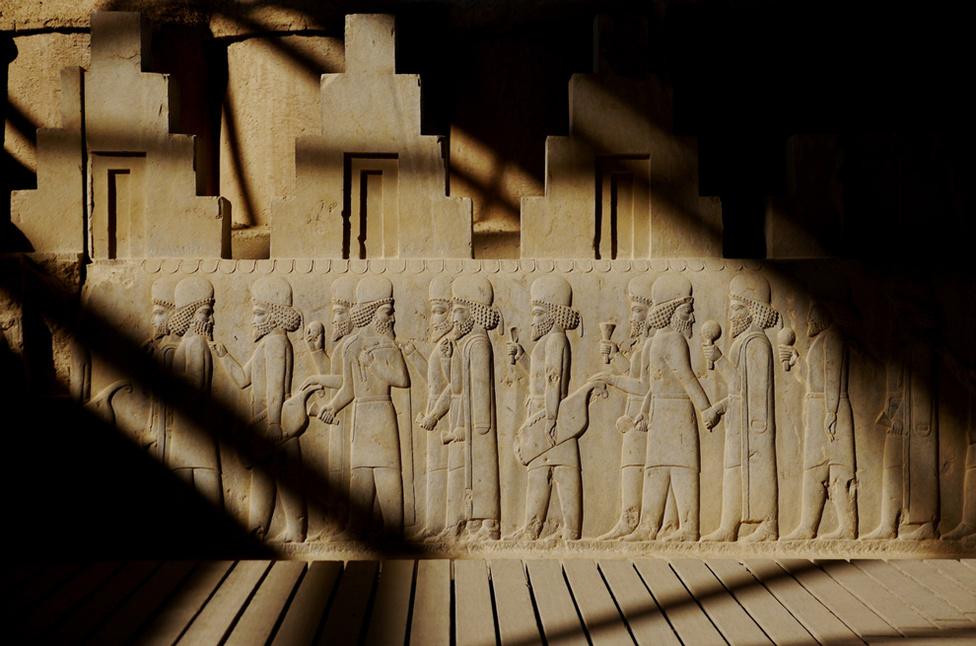 Perszepolisz, az ókori perzsa birodalom szakrális székhelye ma már romváros, amelyet az UNESCO 1979 óta a világörökség részeként tart számon. A 11. században a költő Firdauszí 35 évig dolgozott a perzsa mondákat feldolgozó eposzán, ami az arab hódítással ér véget. A Királyok Könyve sokat tett a fárszi nyelv megőrzéséért.