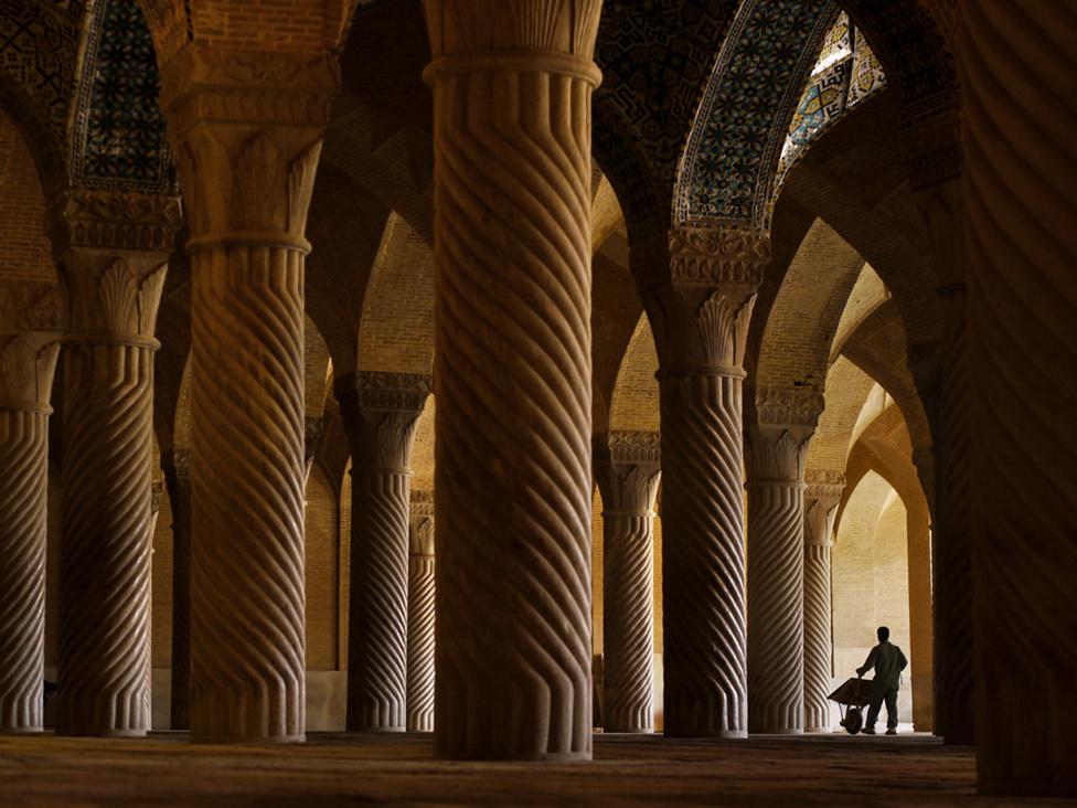 Munkás a Vakil mecsetben Siráz városában. A mecset kedvelt turistalátványosság, de a turizmusból származó bevételeknek még mindig csak alig tíz százaléka származik nyugatiaktól.