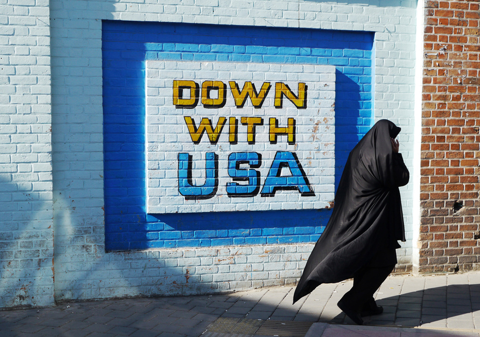 Az Egyesült Államok elleni graffiti a volt amerikai nagykövetség falán Teheránban. 1979. november 4-én a teheráni egyetem pár száz feltüzelt, szélsőséges muszlim diákja elfoglalta az Egyesült Államok iráni nagykövetségét, a végül 444 napig tartó túszdrámává alakult akciót pedig minden idők egyik legrosszabbul sikerült mentőakciója kísérte. Az épületnél minden évben irániak ezrei vonulnak fel a követség elfoglalásának évfordulóján, Chapple ugyanakkor azt tapasztalta, hogy az amerikai szankciók ellenére sok iráni volt pozitív véleménnyel az Egyesült Államokról.