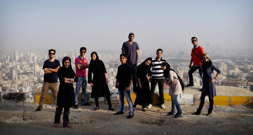 Fiatalok a Teherán feletti hegyekben. Chapple szerint sok fiatalt zavarja a kormány hozzáállása, és az országról külföldön kialakult kép. A kerékpárral teljesített világkörüli útját március 23-án befejező brit Zack Clayton szerint az iráni fiatalok nagyon is tisztában vannak a körülöttük lévő világgal, és égető vágyat éreznek a nagyobb szabadságjogokra.