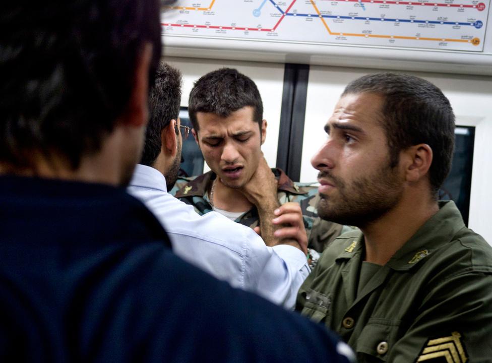 Chapple éppen ott volt, amikor két katonát megütöttek az iráni metróban, mielőtt a jól öltözött fiatalokból álló csoport tagjai arra kényszerítették őket, hogy a következő állomásnál szálljanak le. A vita pontos oka nem derült ki.