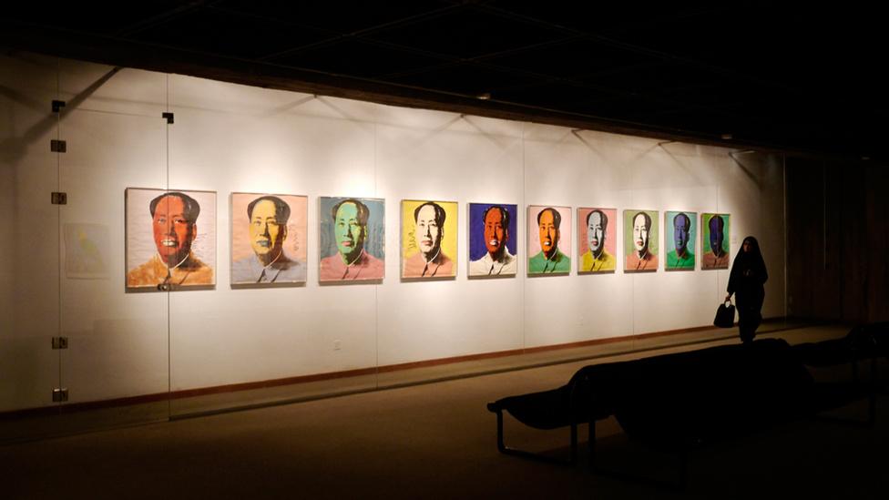 2,5 milliárd dollár értékű gyűjtemény Teheránban a Kortárs Művészet Múzeumában tartanak. Csak 2011-ben állították ki először a többek között Warholokat, Pollock és Munch munkáit is magában foglaló gyűjteményt, ami az 1979-es forradalom előtt a sah feleségéé volt.