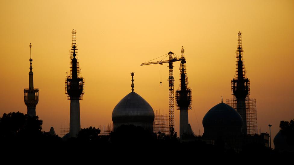 Khomeini ajatollah mauzóleuma Teheránban. Az építkezést már 1989-ben, az ajatollah halálának évében megkezdtek, de a munkálatok még mindig nem értek véget. A New York Times szerint Khomeini és egyik fiának síremléke része lesz egy olyan hatalmas épületkomplexumnak, amire kétmilliárd dollárt fordítottak eddig. Azt ugyanakkor még továbbra sem tudni, mikorra készülhetnek el.