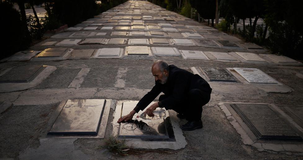 Egy férfi lemos egy sírkövet abban a teheráni temetőben, ahol az Irán és Irak közötti 1980-1988-as háború 200 ezer áldozatát temették el. Egy időben a temetőben lévő szökőkutak vizét vörösre festették, hogy ezzel jelképezzék az elesettek vérét.