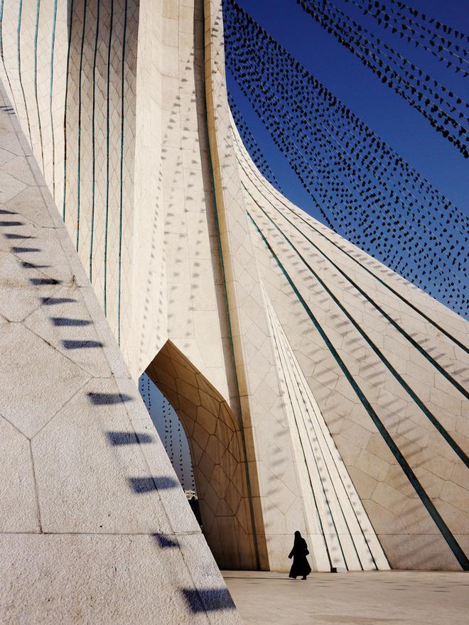 Az Azadi torony a főváros egyik szimbolikus épülete, amit még a forradalomban elűzött Mohammad Reza Pahlavi iráni sah építtetett. 1966-ban tervezte meg az akkor 24 éves fiatal építész, Hoszein Amanat, akinek bahái vallása miatt 1979 után el kellett menekülnie Iránból, azóta Kanadában él. A tornyot a forradalom után nevezték át Azadira (Szabadságra).
