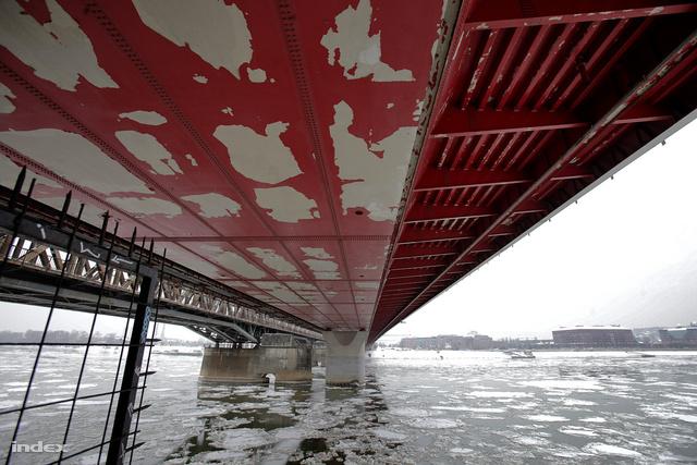 A híd alsó részének festésével kapcsolatban már az első néhány év után jelentkeztek a problémák: a festék nagy darabokban kezdett el hullani.