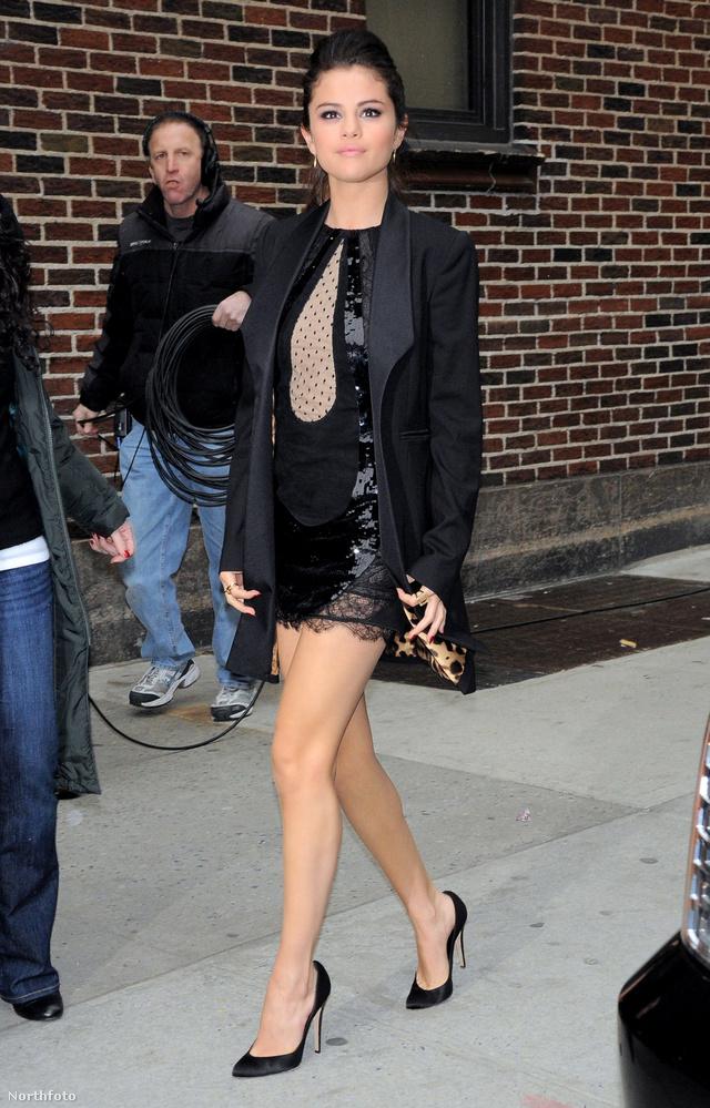 Selena Gomez lábat villant