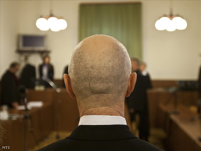 Jozef Roháč (háttal) a Fővárosi Bíróságon 2010 októberben.