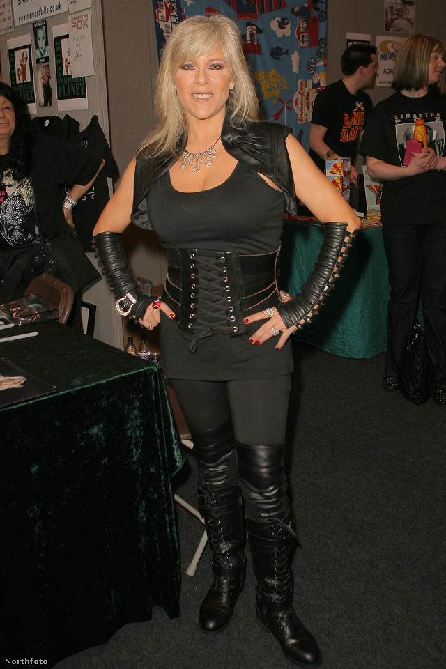 2013 márciusa: Samantha Fox szexis, fűzős, fekete szettben pózol.