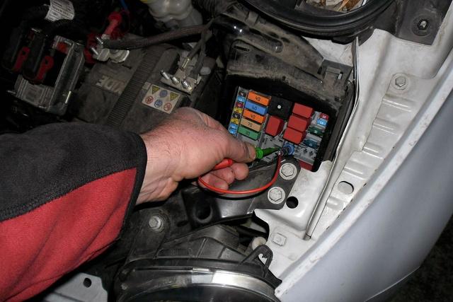 Golf 4 üzemanyag szivattyú relé helye