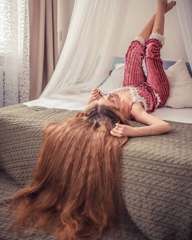 A fiatal nő, aki az orosz Leninszk-Kuznyeckij településen él, a tincseire mindig is nagy gondot fordított, de csak 23 éves korában döntött úgy, hogy a lehető leghosszabbra növeszti meg a haját