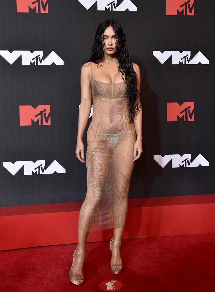 Az áttetsző, leheletfinom ruhadarabok egy csapásra letarolták Hollywoodot, a sokat mutató szettek az elmúlt években egyre nagyobb népszerűségnek örvendenek a külföldi hírességek körében