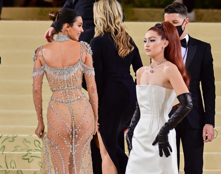 Vessünk egy pillantást Jenner ruhájára hátulról is!