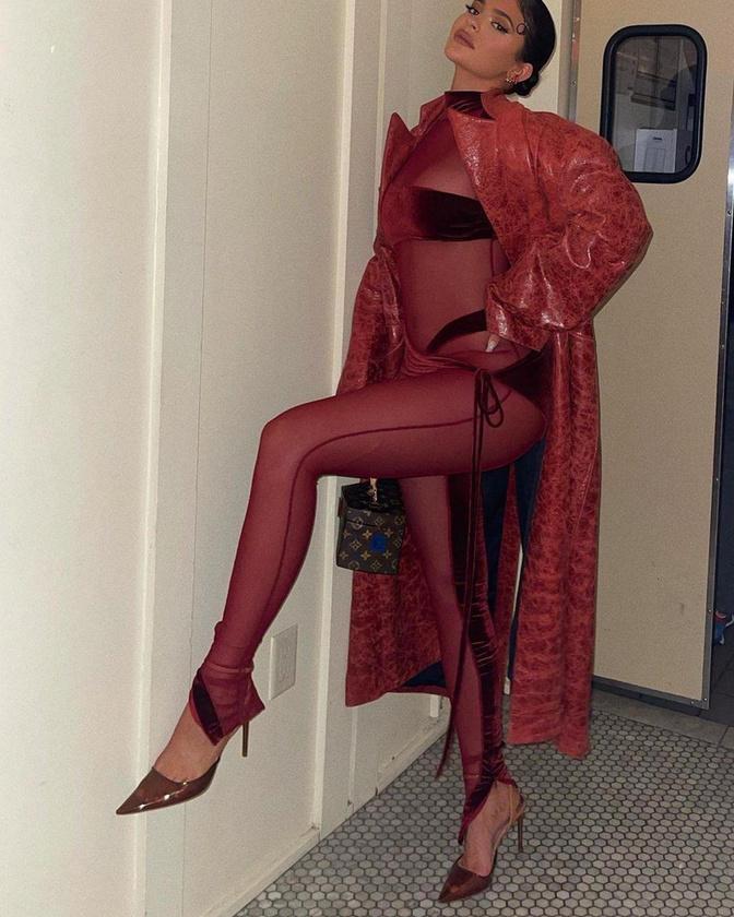 Kylie Jenner sminkmogul vörösben hódított.
