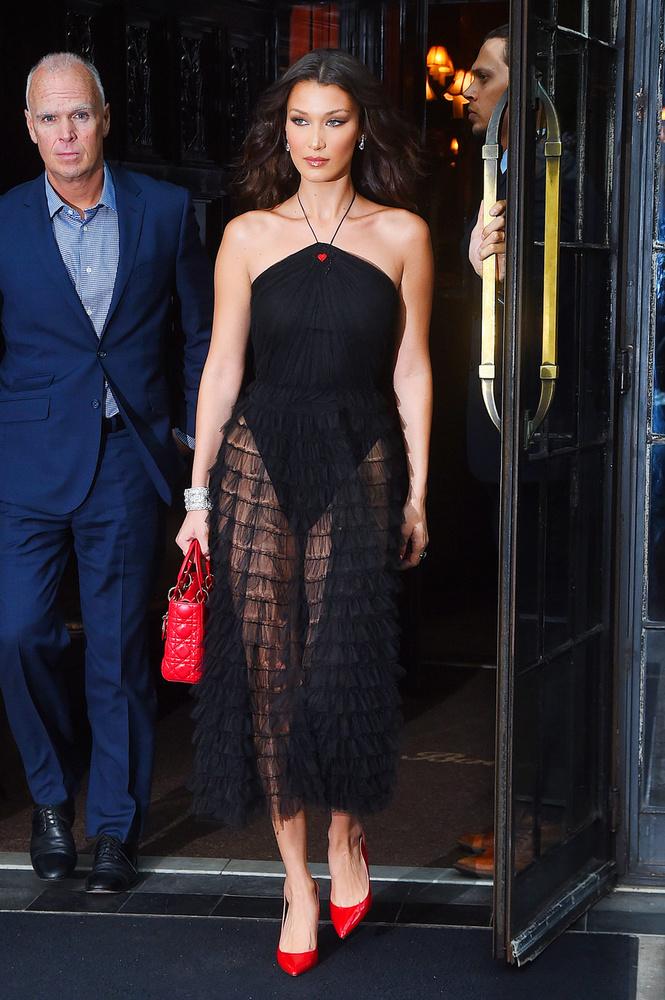 Bella Hadidnak itt mondjuk csak a szoknyája áttetsző.