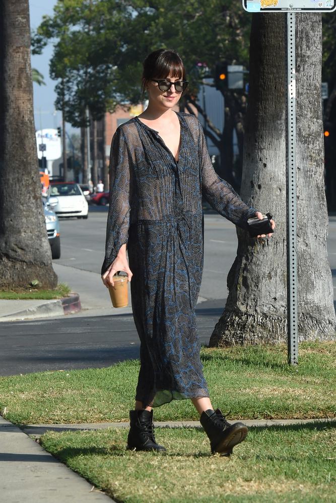 Bár átsejlik a vékony ruhaanyagon a fekete melltartója, Dakota Johnsonon elég előnytelen ez a szett.