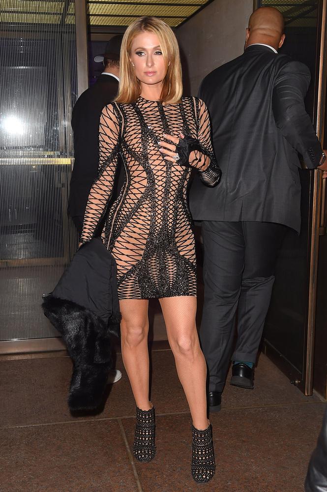 Paris Hiltonnak ezt az öltözékét is az áttetsző ruhadarabok közé sorolnánk.