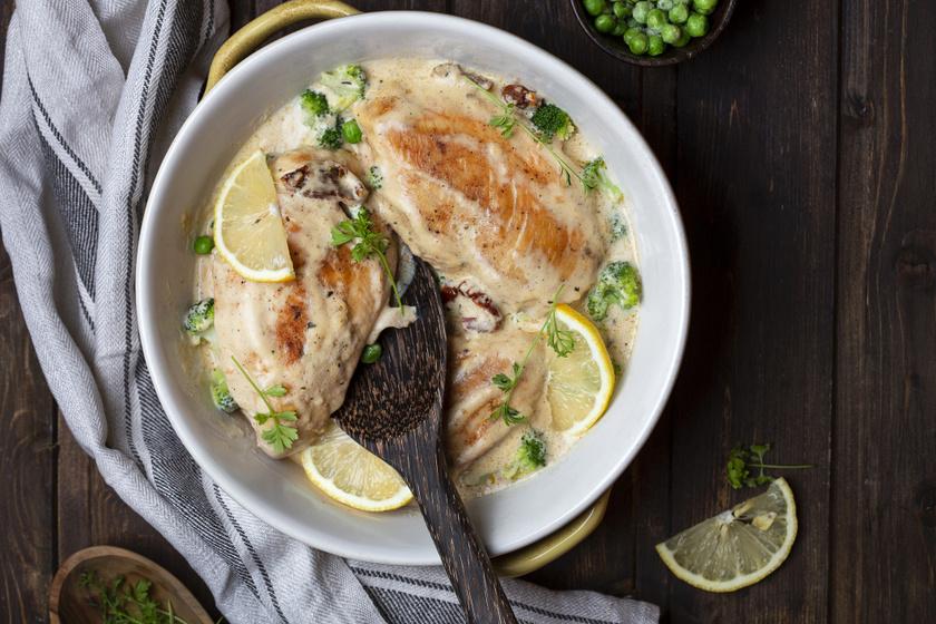 Fűszeres csirkemell krémes sajtmártásban: brokkolival és aszalt paradicsommal még finomabb