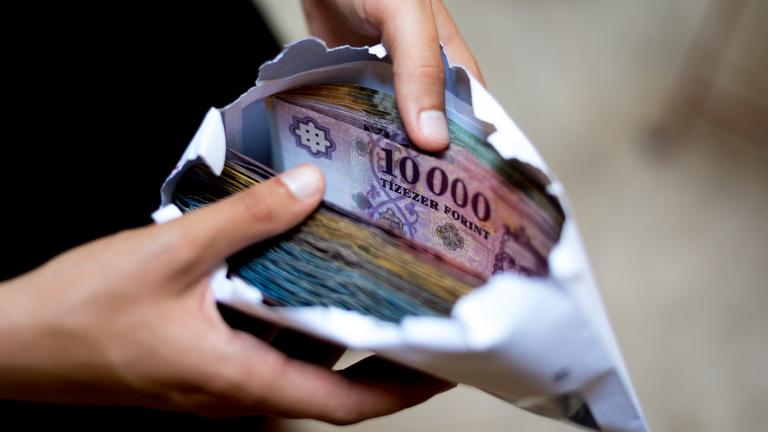Hétszázezer ember bére múlik az adócsökkentési vitán